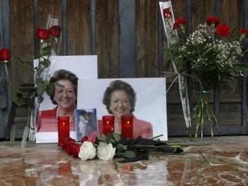 Flores y velas en homenaje a Rita Barberá