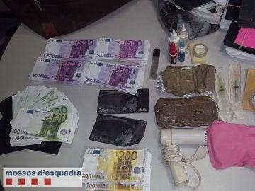 Billetes falsos encontrados en el piso