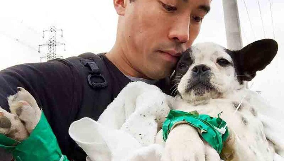 Marc Ching con uno de los perros