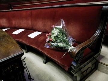 Un ramo de rosas colocado en la bancada del grupo popular del Ayuntamiento de Valencia por la muerte de Rita Barberá
