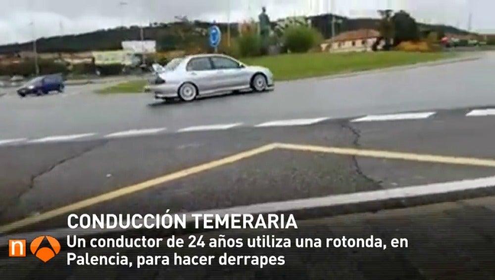 Frame 11.501634 de: Un conductor utiliza una rotonda para hacer derrapes con el coche