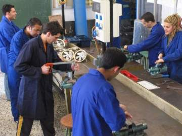Un grupo de jóvenes trabajando