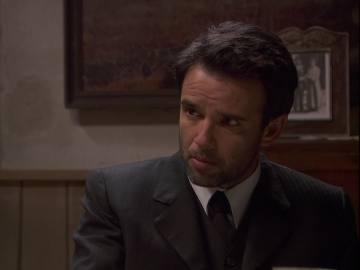 Adela sospecha que Carmelo sabe algo sobre la muerte de su marido
