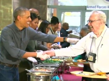 Frame 14.517442 de: La familia Obama comparte el menú del Acción de Gracias con veteranos de guerra