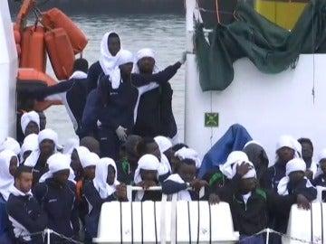 Frame 6.731953 de: Recuperados 8 muertos y rescatados 600 inmigrantes en el Mediterráneo