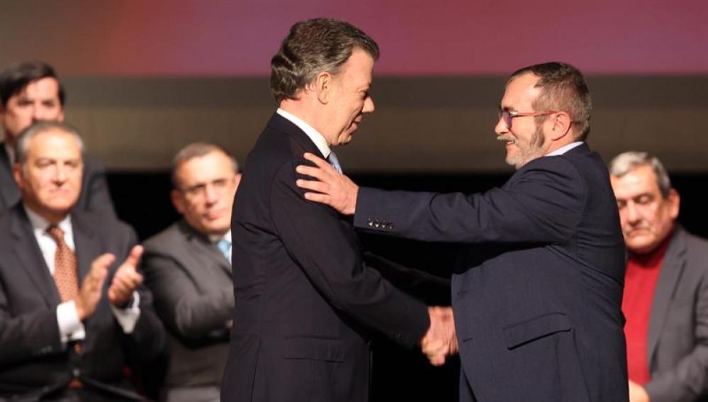 Juan Manuel Santos y el líder de las FARC, 'Timochenko'
