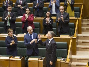 Íñigo Urkullu agradece los aplausos de los diputados, tras haber sido reelegido lehendakari