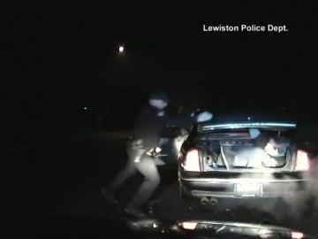Frame 2.50951 de: Un policía descubre a un delincuente escondido en el maletero de un coche