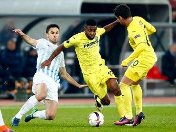 Bakambu intenta avanzar ante la presión rival