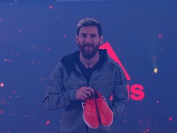 Leo Messi presentando sus nueva botas