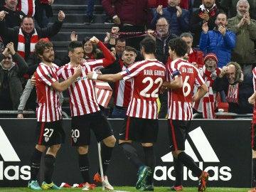 Los jugadores del Athletic celebran el gol de Aduriz contra el Sassuolo
