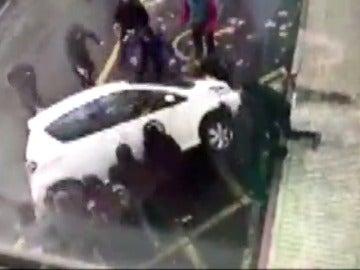 Frame 44.640306 de: Violentos enfrentamientos entre la policía vasca y estudiantes
