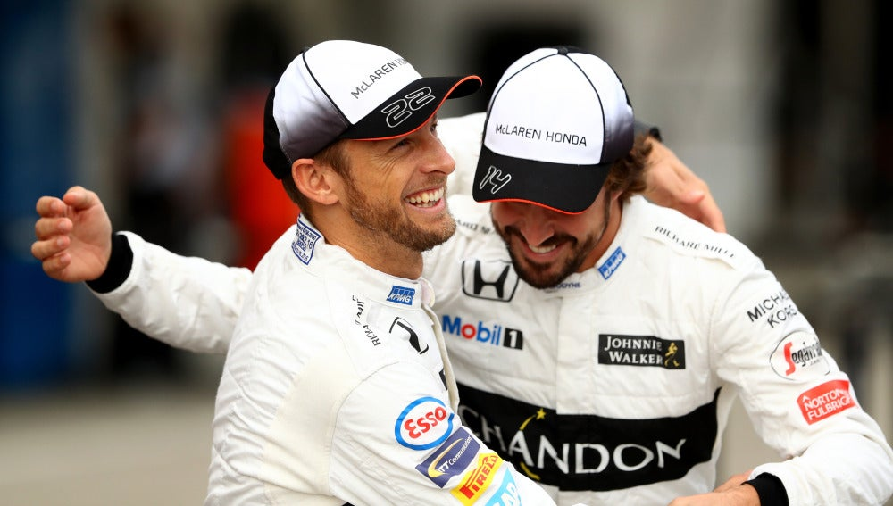 Jenson Button se abraza con Fernando Alonso