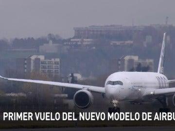 Frame 2.328875 de: El nuevo Airbus levanta el vuelo