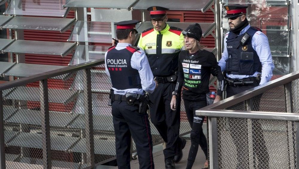 Los Mossos d'Esquadra detienen al especialista francés Alain Robert después de que escalara la fachada de la Torre Agbar