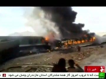 Frame 1.754445 de: Al menos 40 muertos y más de 100 heridos en un choque entre trenes de pasajeros en Irán