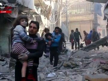 Frame 1.945769 de: Situación desesperada en Alepo tras los últimos ataques aéreos y la falta de ayuda