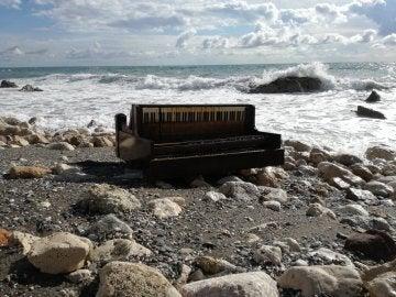 El piano que ha aparecido varado en la orilla del malagueño Peñón del Cuervo