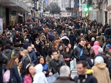 Cientos de personas transitan la madrileña calle Preciados