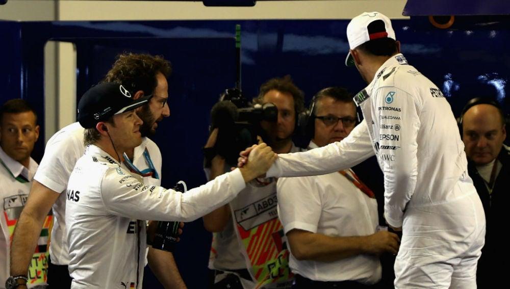 Nico Rosberg saluda a un Hamilton que aparta la mirada