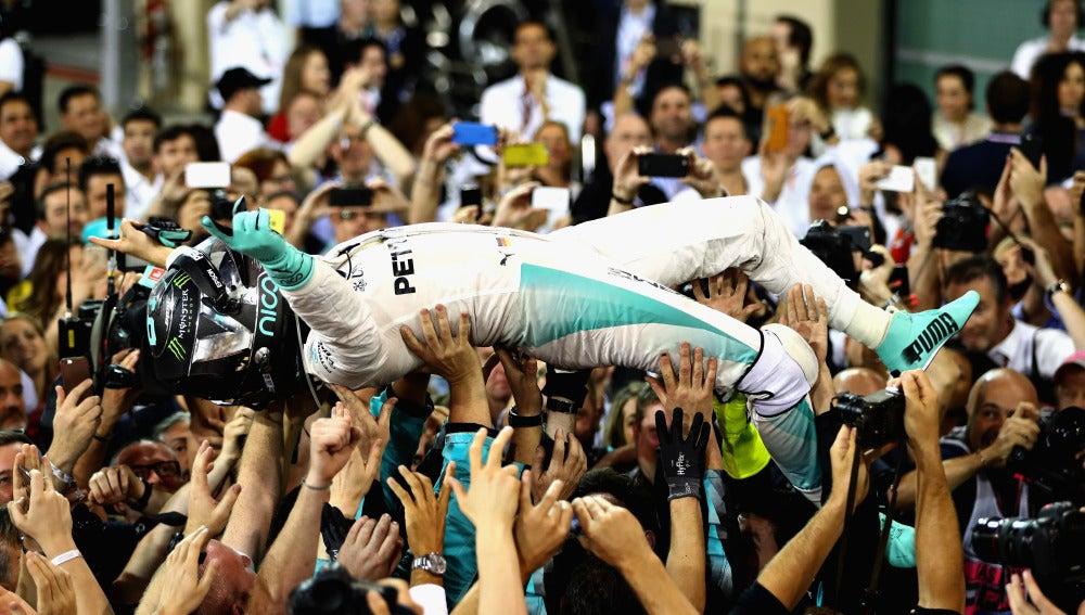 El paddock levanta a Rosberg