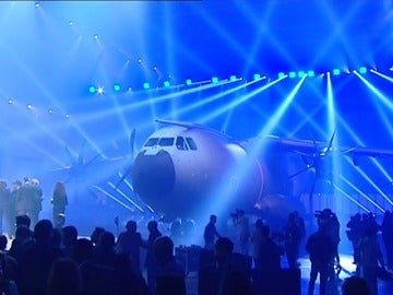 Frame 4.89715 de: Airbus entrega el primer avión A-400M al ejécito español