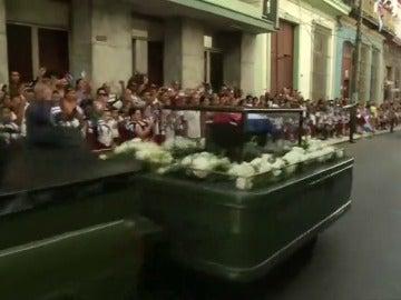 Frame 20.361605 de: Las cenizas de Fidel Castro pasarán la noche junto al 'Che'
