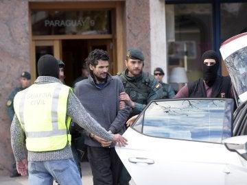 La guardía civil saca al presunto yihadista detenido esta mañana en Irún