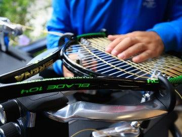 Un persona encuerda una raqueta de tenis