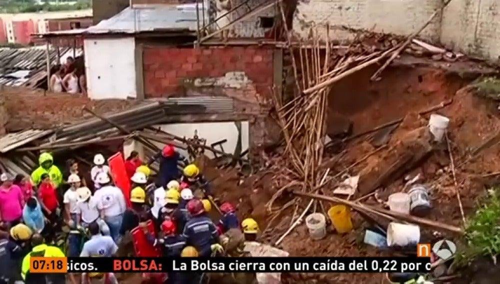 Frame 0.0 de: Al menos seis muertos, cinco de ellos menores de edad, por deslizamientos de tierra en Cali, en Colombia
