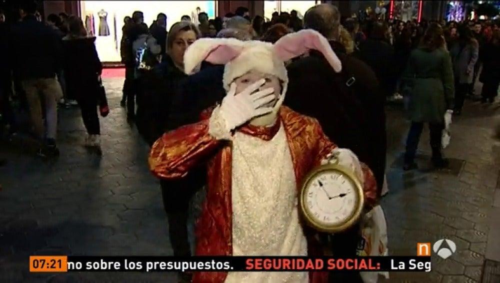 Frame 15.904009 de: La 'Shopping Night' transformó el Paseo de Gràcia de Barcelona en 'Alicia en el País de las Maravillas'