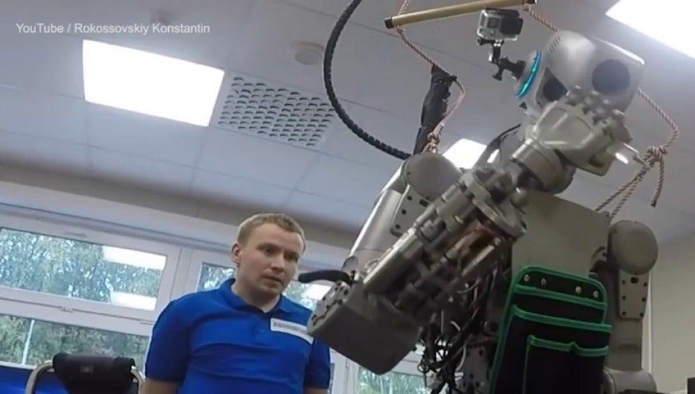 Frame 1.976896 de: Los rusos fabrican un robot gigante para enviarlos a la Luna