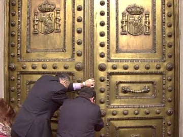 Frame 8.441468 de: La Puerta de los Leones, del Congreso de los Diputados, se queda atascada y abre con diez minutos de retraso