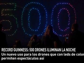 Frame 17.022434 de: 500 drones con luces leds vuelan al mismo tiempo controlados por ordenador