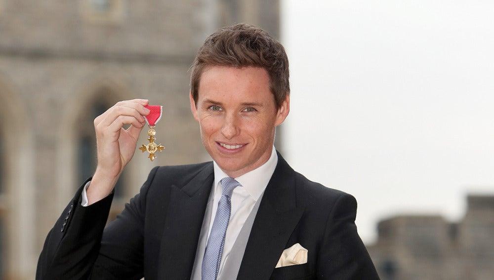 Eddie Redmayne junto a su medalla