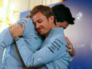 Nico Rosberg se abraza con Toto Wolff