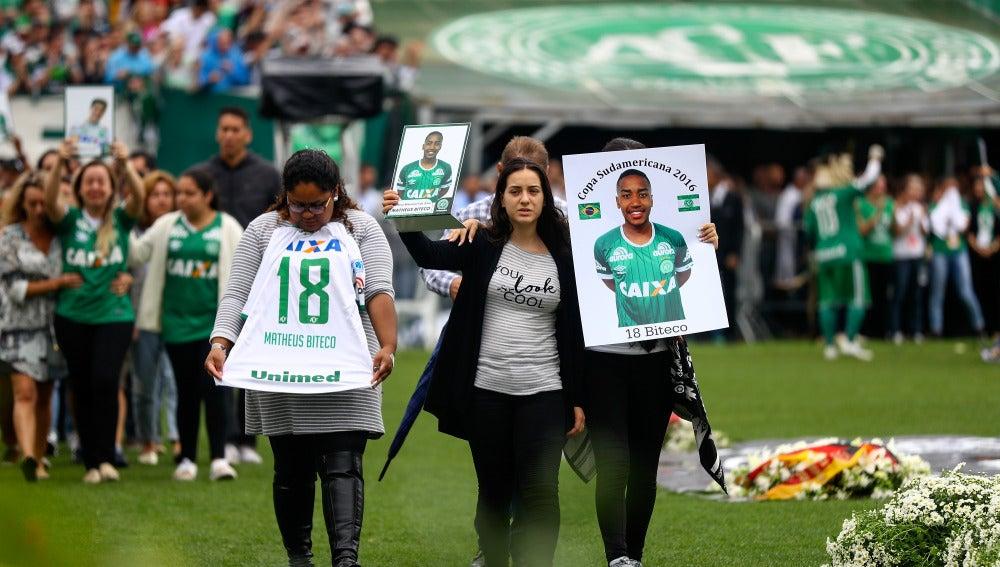 Homenaje a los futbolistas del Chapecoense en Chapecó