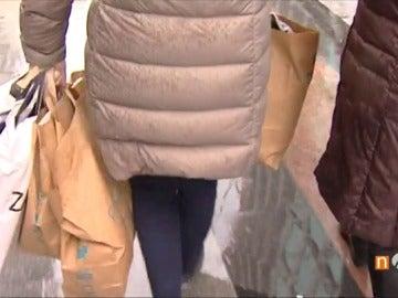 Frame 60.227948 de: Un 4% de los españoles son adictos a las compras