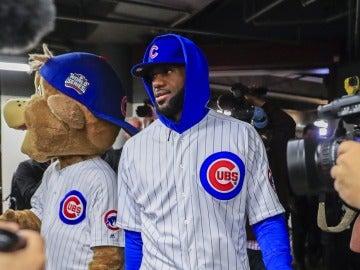 Lebron James vestido de los Cachorros de Chicago