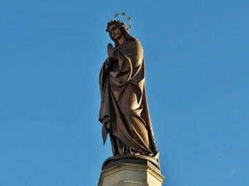 Imagen de archivo de la estatua de una virgen