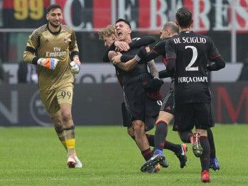 Lapadula celebra el definitivo 2-1 ante el Crotone