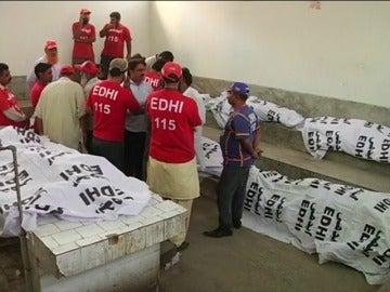 Frame 24.508693 de: Mueren once personas y 75 resultan heridas en un incendio en un hotel de Pakistán