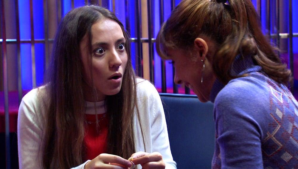 Henar le explica a Alba el uso de un preservativo