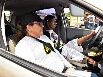 Leonardo de Souza, joven de 18 años sin brazos examinándose del carnet de conducir