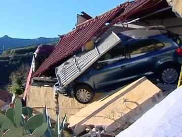 Frame 3.905079 de: Dos coches acaban encima de un tejado al salirse en una curva en Gran Canaria