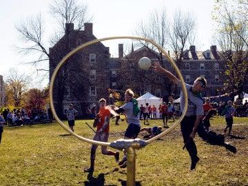 Estudiantes emulan el deporte que se practica en las películas de Harry Potter