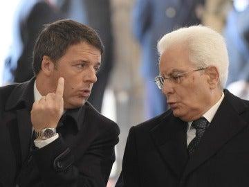 El presidente Sergio Mattarella conversa en un acto con Matteo Renzi