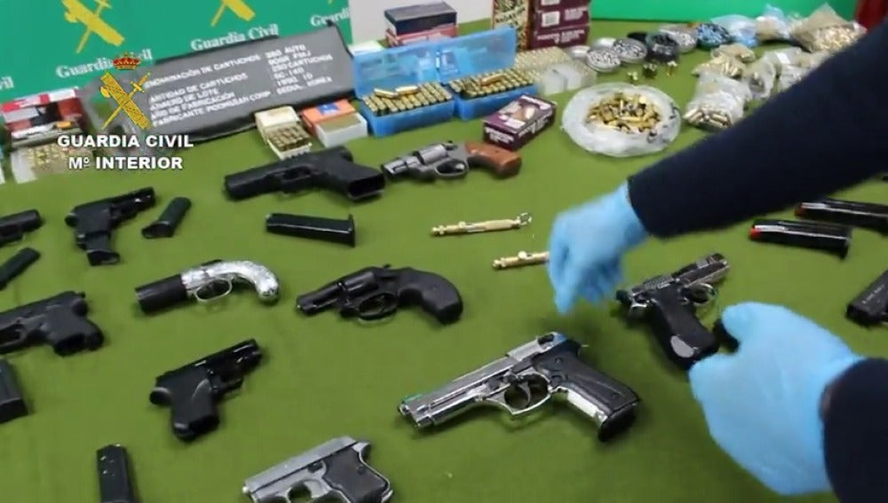 Frame 31.21718 de: La Guardia Civil detienen a 30 personas por la venta de armas a través de Internet y desmantela dos talleres clandestinos
