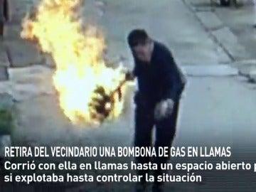 Frame 44.087854 de: Retira varios metros una bombona de gas en llamas para evitar una explosión en el vecindario