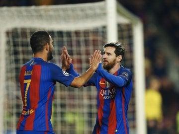 Messi y Arda celebran el 1-0 ante el Borussia Mönchengladbach
